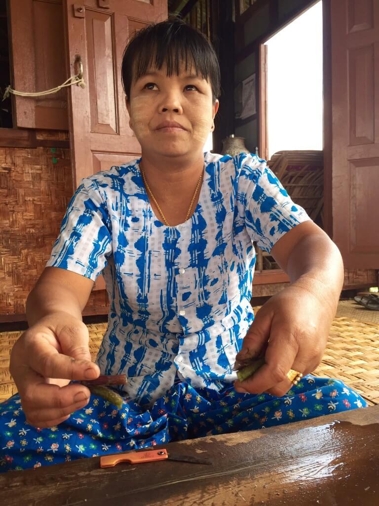 Ženy na jezeře tkají na dřevěných stavech - používají vlákna z lotosu.