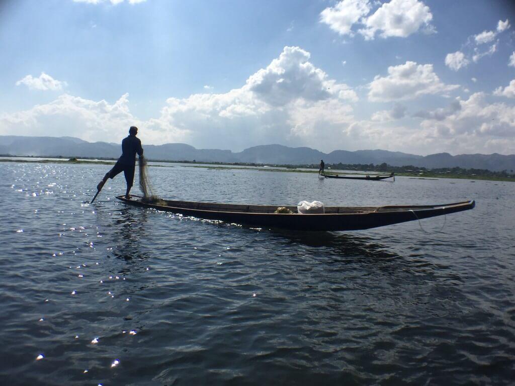 Rybář veslující nohou..Místní rarita!!!